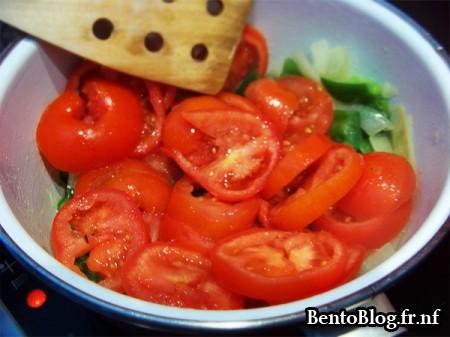 Tomates, oignons et poivrons cuisent