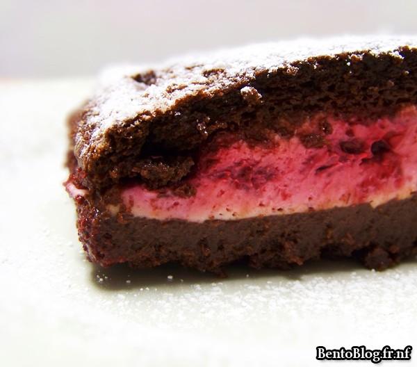 Génoise au chocolat fourrée à la crème mascarpone et framboises