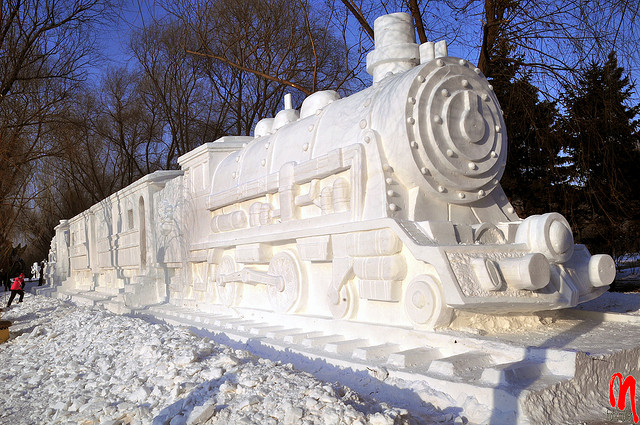 sculpture neige train